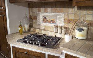 cucina-in-muratura-con-pensili-in-legno-su-misura